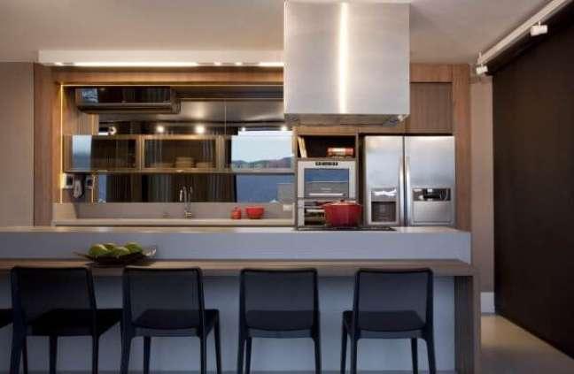 12. Armário de cozinha de vidro com bancada de granito branca e banqueta preta – Foto Juliana Pippi