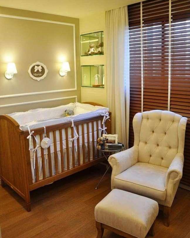 32. Cores neutras para quarto de bebê decorado com poltrona capitonê e berço de madeira – Foto: A2 Juliana Farias Arquitetura