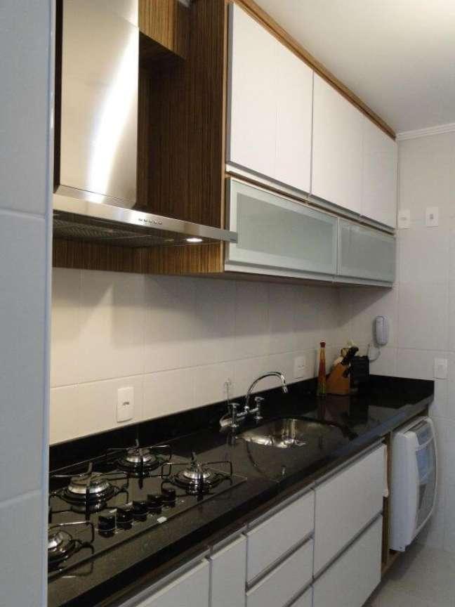 57. Cozinha moderna com bancada de granito e armário aéreo de vidro – Foto Giuliano Luchetti