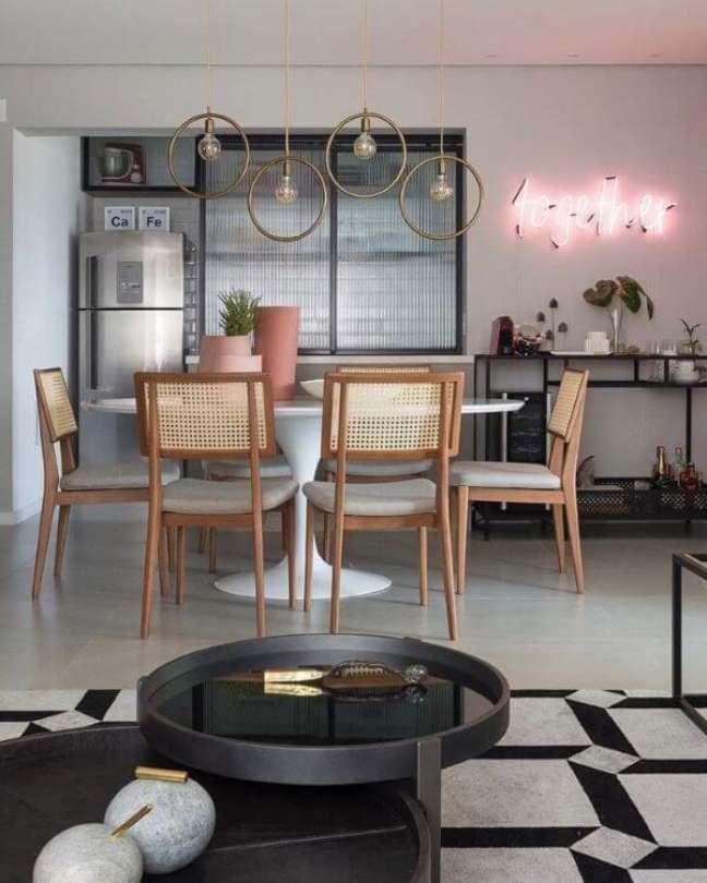 16. Armário de vidro canelado na cozinha moderna – Foto Barbara Dundes