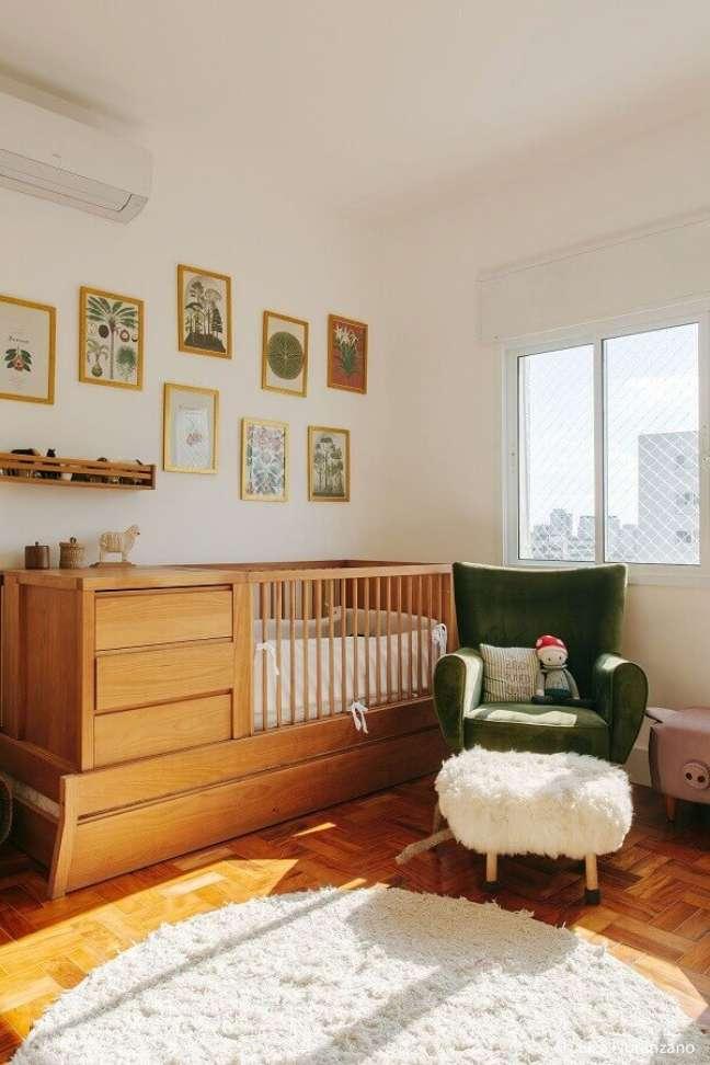 19. Berço de madeira com gaveta e trocador para decoração de quarto de bebê com poltrona verde – Foto: Luiza Florenzano