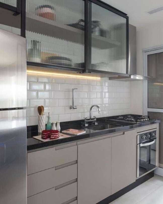 25. Armário de vidro para cozinha moderna – Foto Barbara Dundes