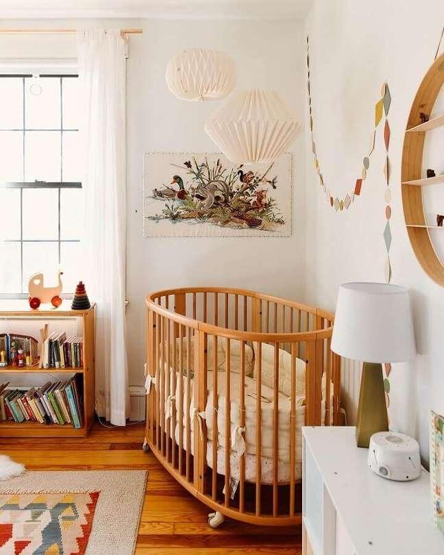 45. Decoração simples para quarto de bebe com berço de madeira arredondado – Foto: Deux par Deux
