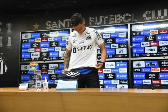 Velázquez vestiu pela primeira vez a camisa do Santos em sua apresentação Divulgação Santos