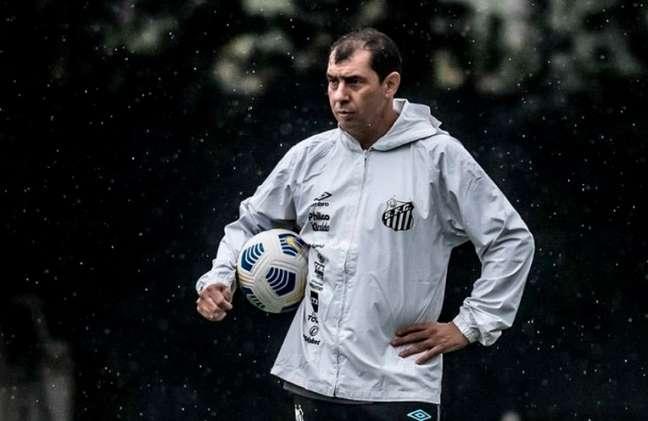 O técnico Fábio Carille vai utilizar o esquema com três zagueiros contra o Ceará (Foto: Reprodução/Santos)