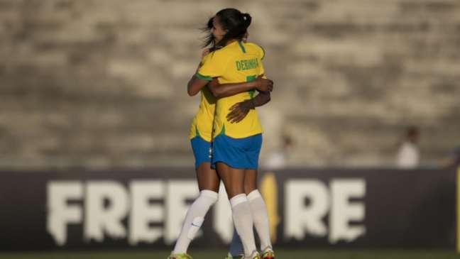 'Precisamos de meninas que tenham coragem de avançar ao ataque, de ir para cima', diz Debinha (celebrando o gol brasileiro) (Talita Gouvêa/CBF