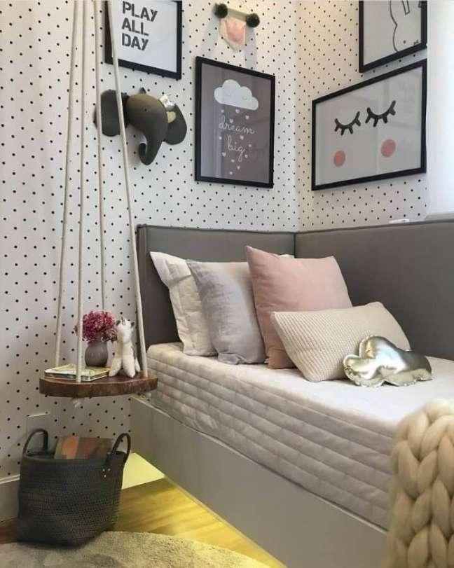 20. Quarto com cabeceira almofadada na cama de solteiro – Foto DecorFacil