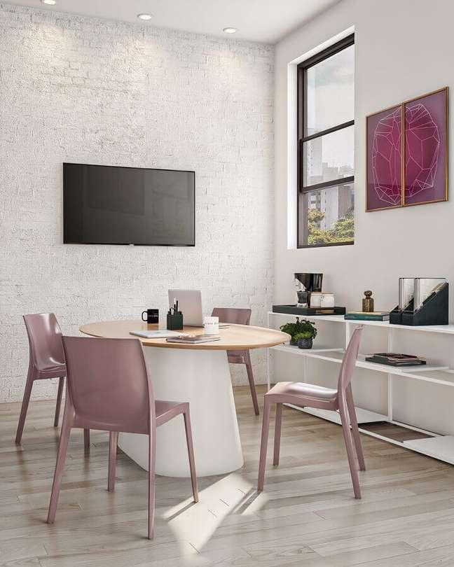 10. Aproveite mesas de escritório redondas para reuniões rápidas em um visual mais informais – Foto: Tok&Stok
