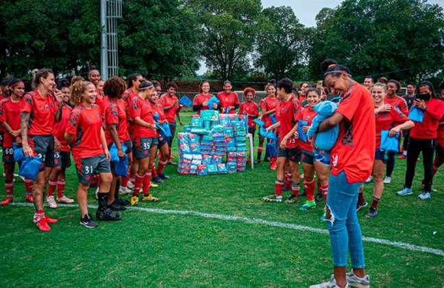 A atacante Tuane, com o filho Heitor, e as companheiros de Flamengo (Foto: Paula Reis/CRF)