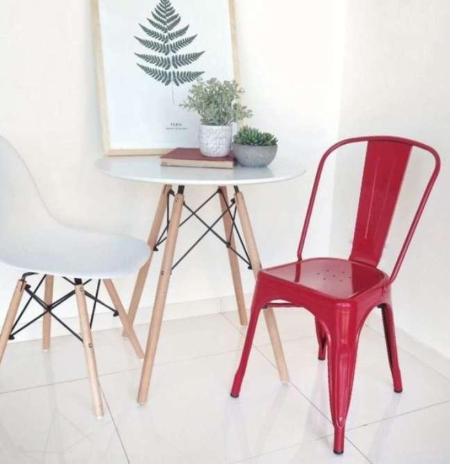 23. Mesa eiffel para cozinha pequena com cadeira vermelha – Foto Quamo