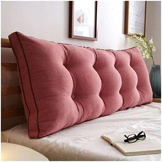15. Almofada rosa para apoiar na cabeceira de madeira – Foto Lizzys