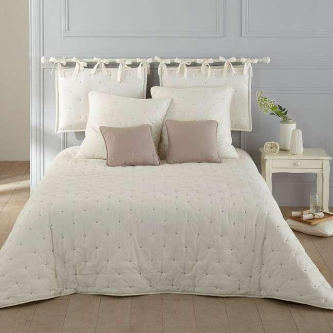 37. Almofada de cabeceira bege com roupa de cama clara – Foto Laredoute
