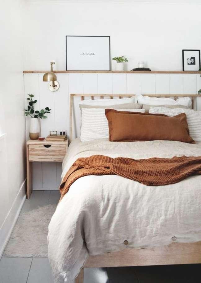 29. Quarto com cabeceira feita de almofada e estrutura de madeira – Foto Blessed Is She