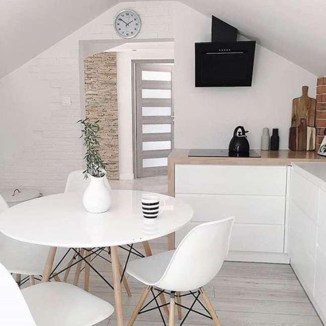 13. Cozinha com mesa eiffel branca e cadeira eames – Foto Pip Megan