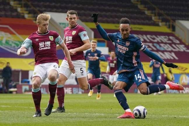 Burnley e Arsenal tentam se afastar da zona de rebaixamento do Campeonato Inglês (Foto: JON SUPER / POOL / AFP)