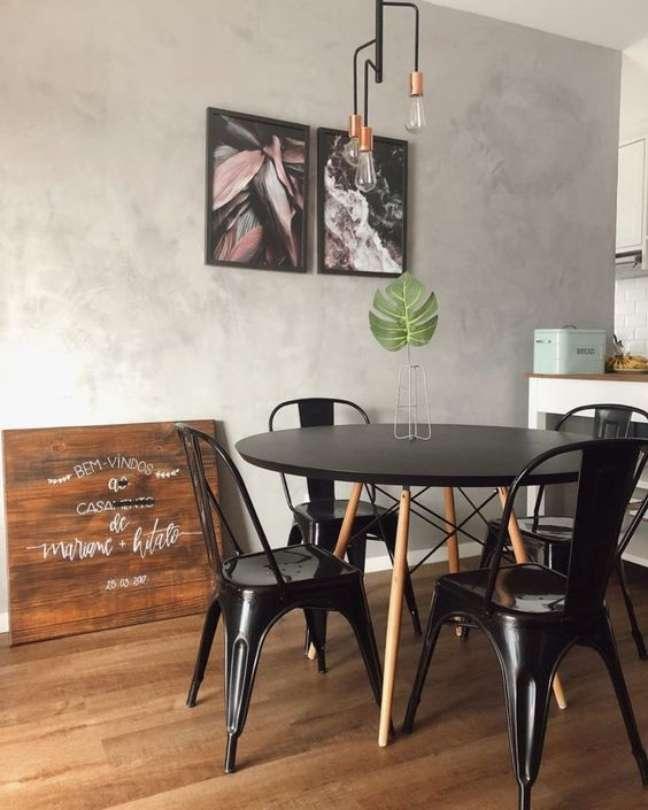40. Sala de jantar com mesa eiffel e cadeira de ferro – Foto Apartamento 604