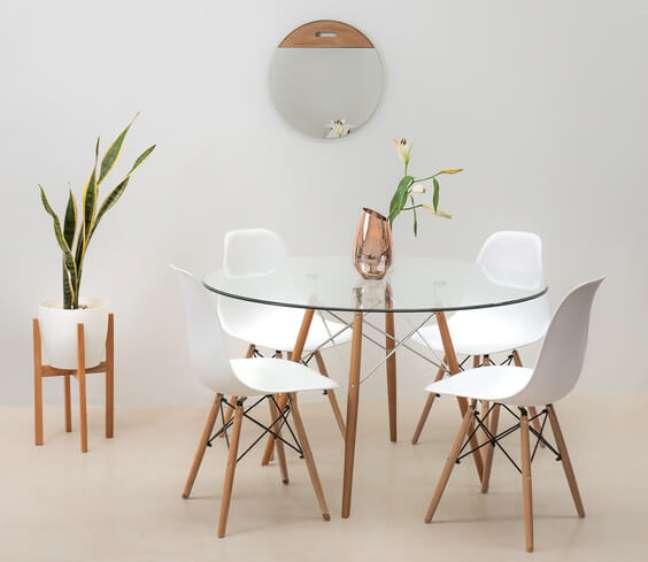 7. Sala de jantar com mesa eiffel com tampo de vidro – Foto Denver Concept