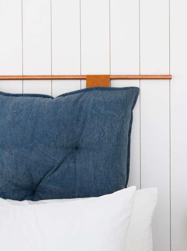 30. Quarto de casal branco com almofada de cabeceira azul -Foto Sarah Herman Samuel