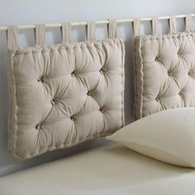 19. Cabeceira feita de almofada futon bege – Foto Deqper