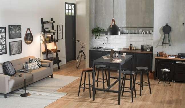 12. A mesa alta com bancos ou a mesa estante garantem um design multiuso para trabalhar em casa – Foto: Tok&Stok