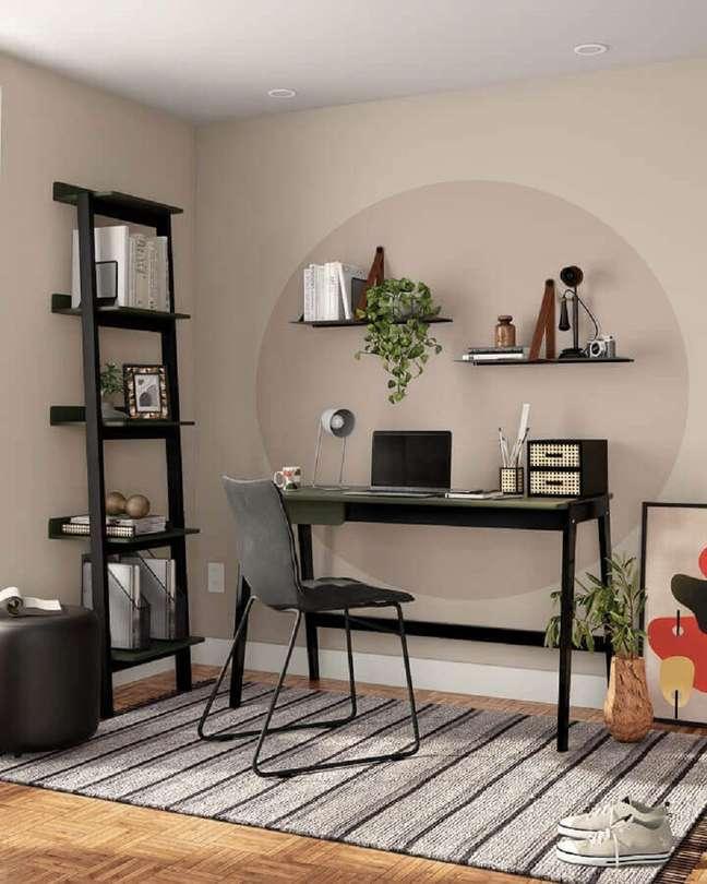 3. Decoração com mesa de escritório na sala decorada com estante pequena – Foto: Tok&Stok