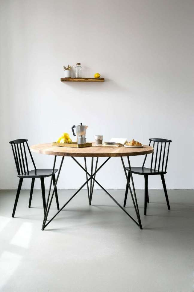 36. Sala com mesa eiffel de ferro e madeira estilo industrial -Foto Meet me At Home
