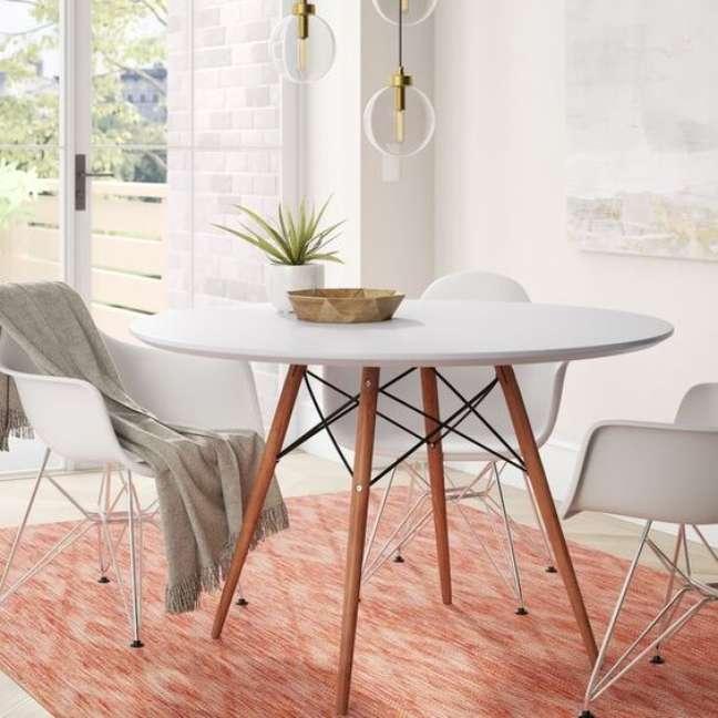 43. Sala pequena decorada com a mesa eiffel branca – Foto Wayfair