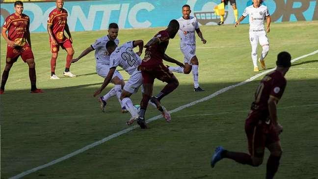 O Galo venceu o time pernambucano no turno e começou ali a se consolidar na competição-(Marcelino Luis/Fotoarena/Lancepress!)