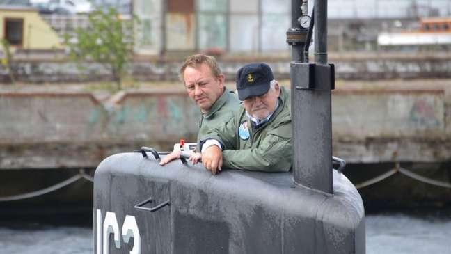 Peter Madsen, junto a outro homem, em seu submarino amador em 2017
