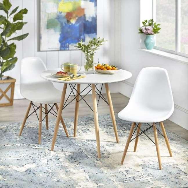 20. Mesa eiffel branca para cozinha pequena – Foto Overstock