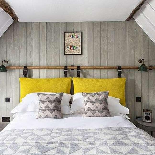 43. Almofada de cabeceira colorida com roupa de cama listrada – Foto House Garden Magazine