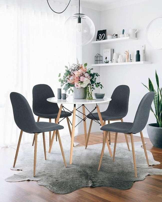 2. Sala de jantar com mesa eiffel pequena e cadeiras cinza – Foto Amazon