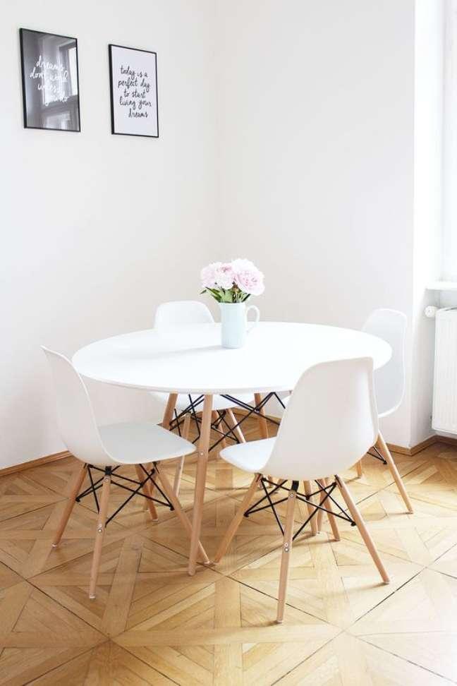 3. Mesa Eiffel Branca para sala de jantar e cadeira eames – Foto Provinz Kindchen