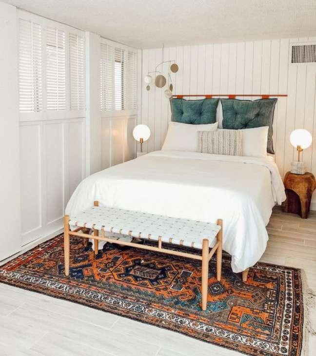 1. Quarto de casal com almofada de cabeceira verde com futon – Foto Domino Magazine