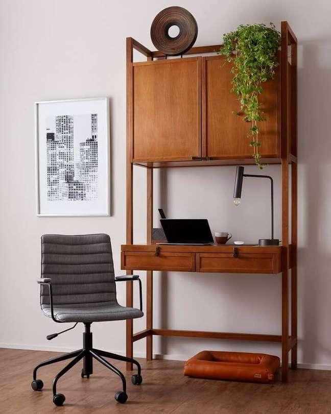 7. Mesa com armário embutido para um espaço de trabalho funcional e prático – Foto: Tok&Stok