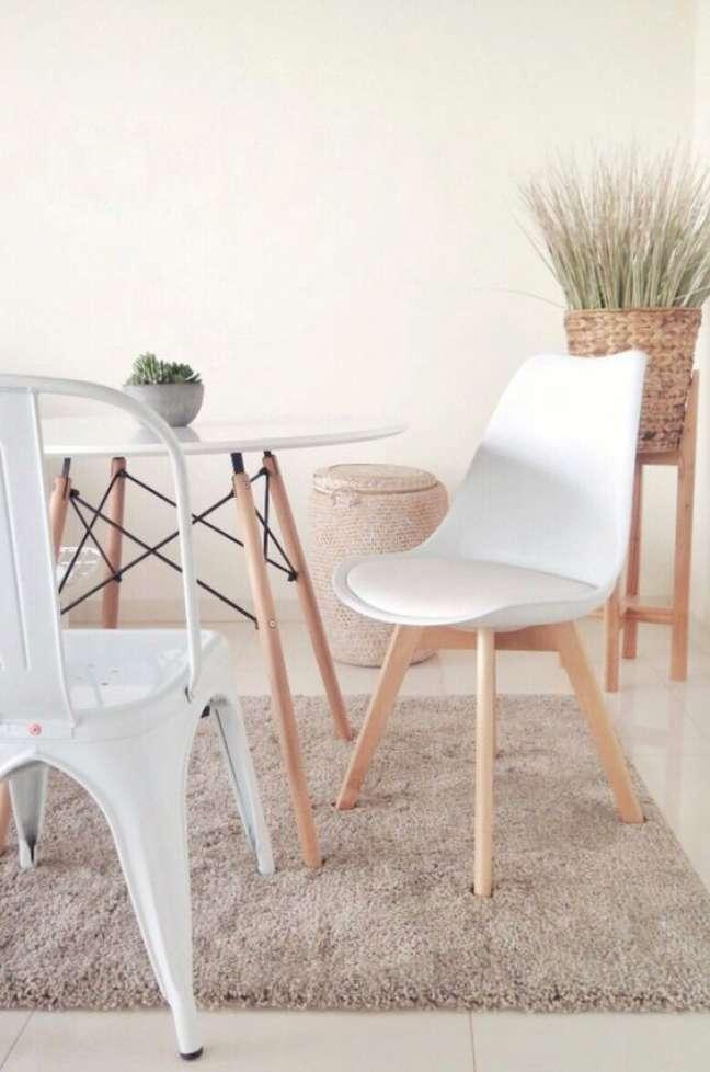 32. Mesa eiffel redonda para sala de estar rustica com cadeiras diferentes – Foto Quamo