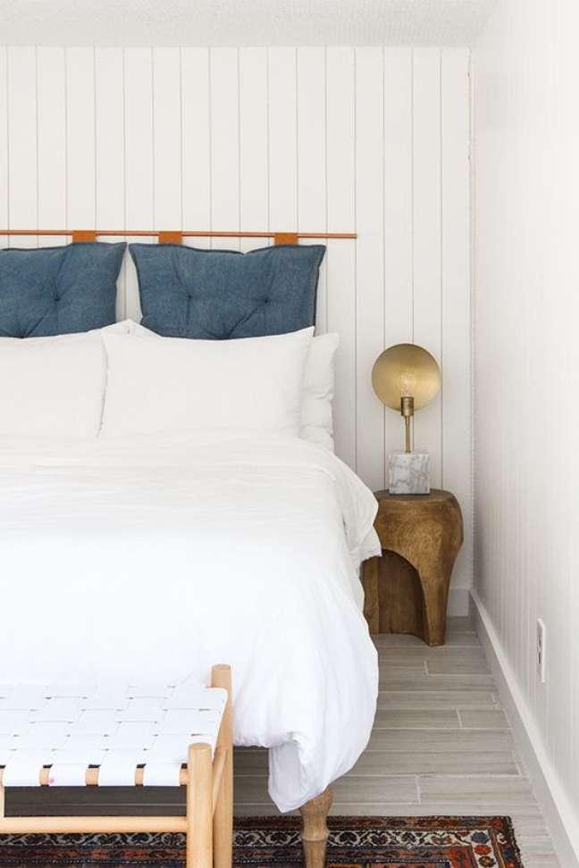 36. Almofada de cabeceira azul no quarto branco – Foto Sarah Herman Samuel