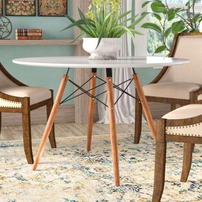 21. Mesa eiffel branca para sala de jantar com cadeiras estofadas – Foto Joss e Main