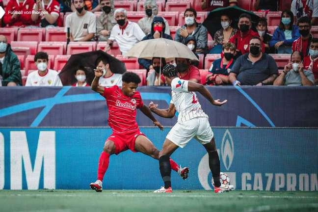 Karim Adeyemi costuma atuar centralizado, mas pode jogar pelas pontas. (Foto: Divulgação/Red Bull Salzburg)