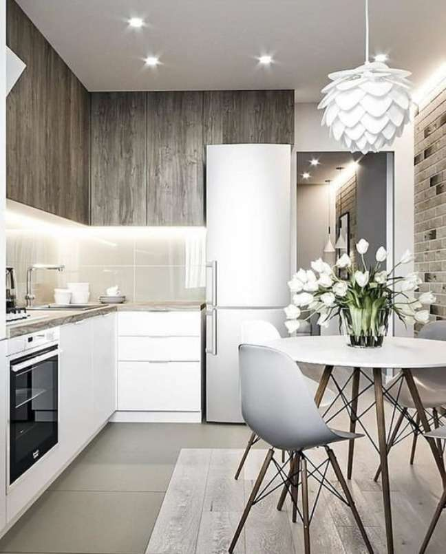 16. Cozinha pequena com mesa eiffel e lustre branco – Foto VK