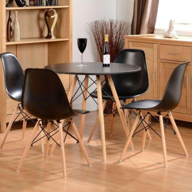 28. Mesa eiffel preta com cadeira eames – Foto Wayfair