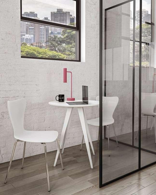 11. A pequena mesa redonda torna-se um ponto prático para trabalhar individualmente – Foto: Tok&Stok