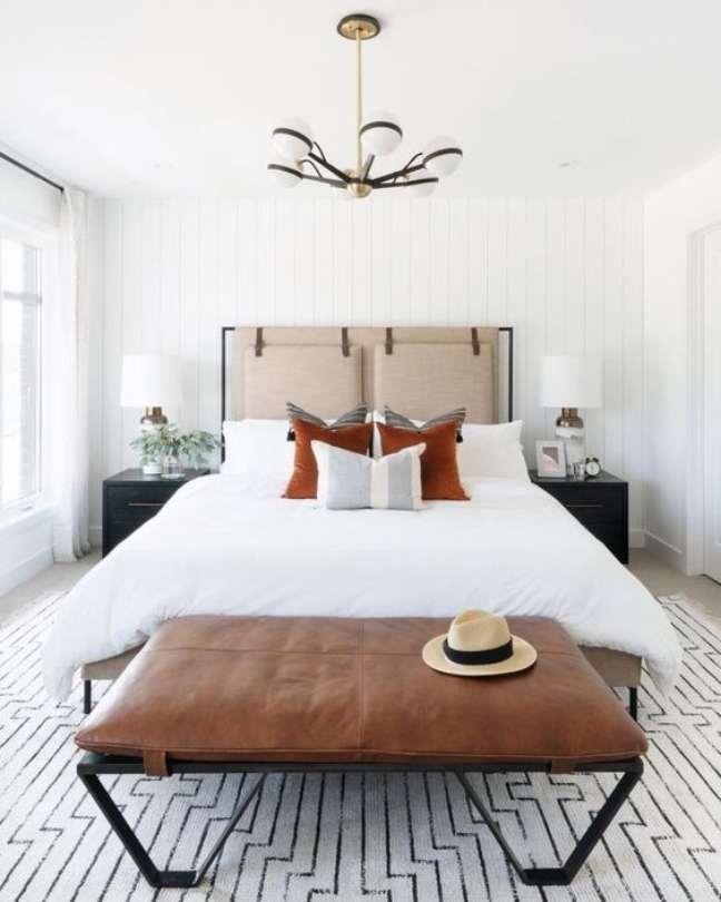 35. Quarto minimalista com almofada de cabeceira queen – Foto The Identite Collective