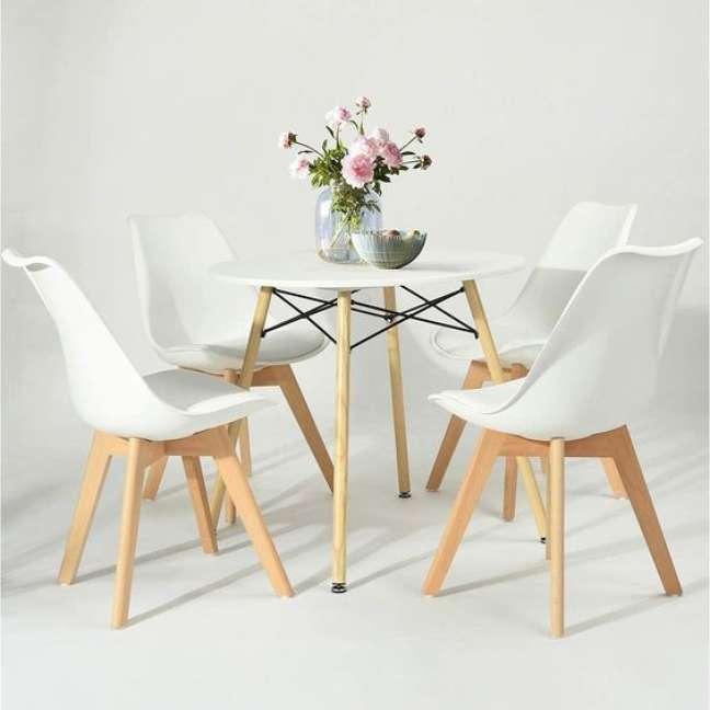 1. Mesa de jantar eiffel com cadeiras brancas e vaso de flores pink – Foto Hawkins Woodshop