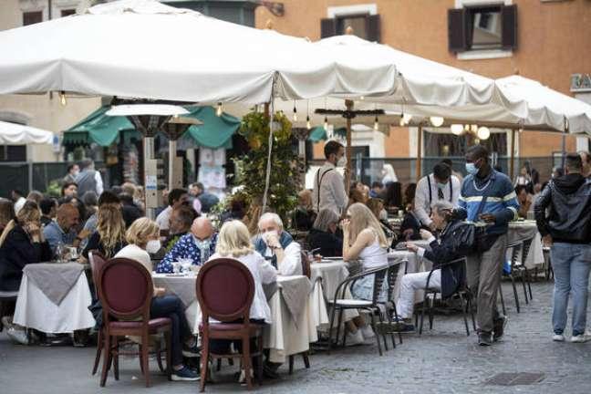 Movimentação em restaurante no centro de Roma, capital da Itália