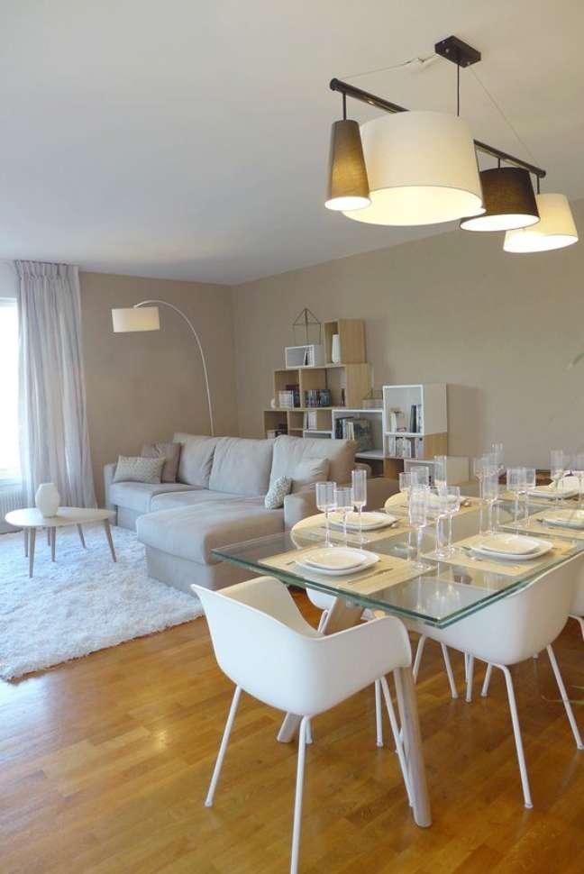 37. Sala com mesa eiffel de vidro e cadeira branca – Foto Inspira Hogar