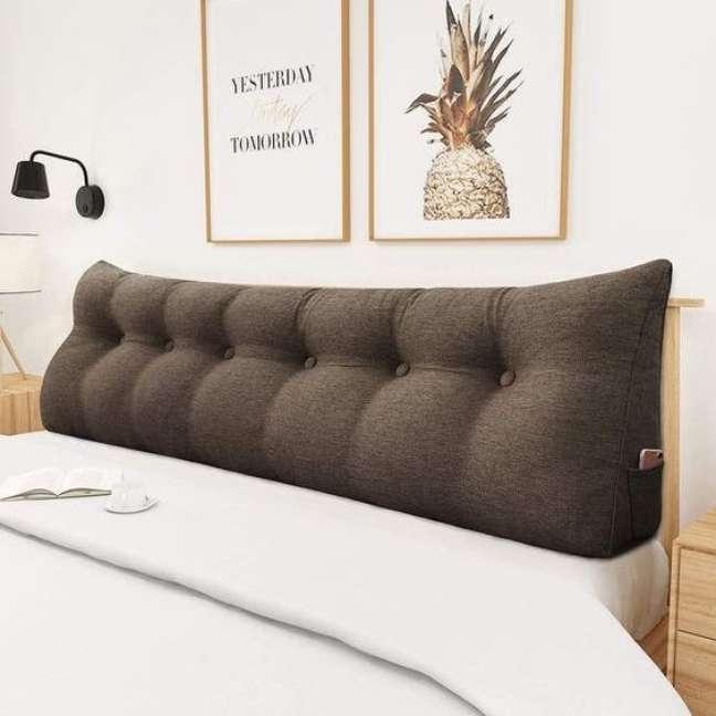 9. Almofada de cabeceira marrom no quarto de casal – Foto Overstock