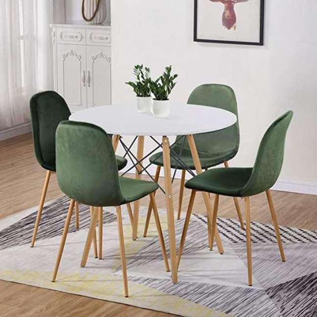38. Sala com mesa eiffel e cadeira verde – Foto Amazon