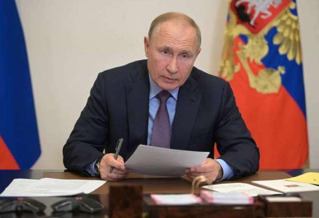 Putin, que está isolado, votou de maneira remota nesta sexta