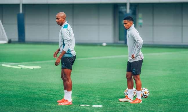 Kayky faz seu primeiro treino no Manchester City Divulgação Manchester City